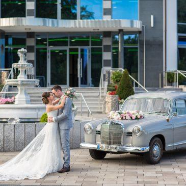 Hochzeitspaar Maria und Viktor mit Mercedes Oldtimer