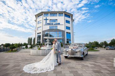 Brautpaar vor dem Gemeindehaus FECG Lahr