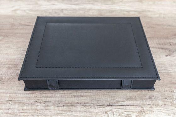 Foto-Box in schwarzer Farbe geschlossen
