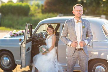 Brautpaar vor dem Mercedes E190