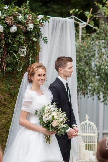 Braut und Bräutigam am Traualtar