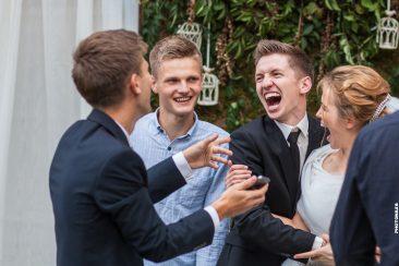 Brautpaar lachen über das gemachte Selfie