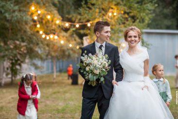 Brautpaar mit Hochzeitsgästen Lichterkette