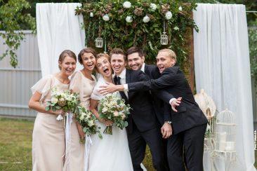 Brautpaar mit Trauzeugen witzig