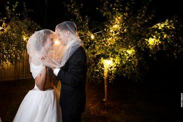 Brautpaar unter dem Schleier Herz und Lichterkette