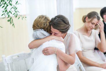 Emotionale Verabschiedung der Schwester von der Braut