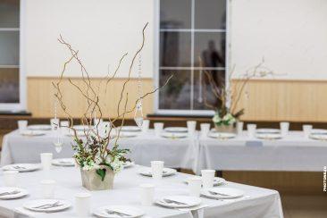 Hochzeit-Tischdeko Äste in Holzkiste gold gruen