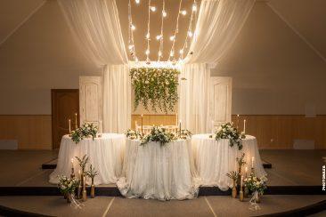 Hochzeitsdeko Esssaal gold grün