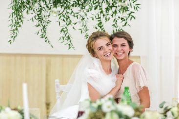Schwester und Trauzeugin der Braut