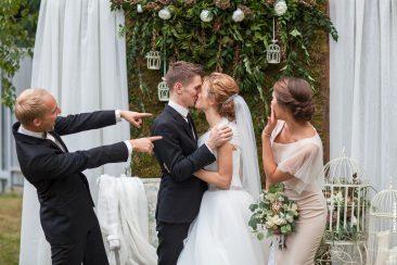 Trauzugen mit Brautpaar Küssen lachen