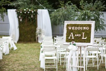 edding A und L Schild Hochzeit draußen