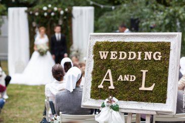 Wedding A und L Schild Hochzeit draußen