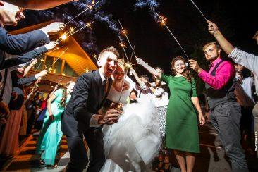 Wunderkerzen Tunnel für Hochzeitspaar